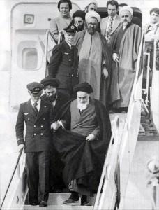 Arrivée de l'ayatollah Khomeini à l'aéroport international de Mehrabat, après quatorze ans d'exil, le 1er février 1979.