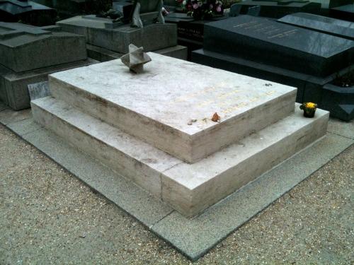 Tombe d'André Breton au cimetière des Batignolles (division 31), photo de Claude Lothier